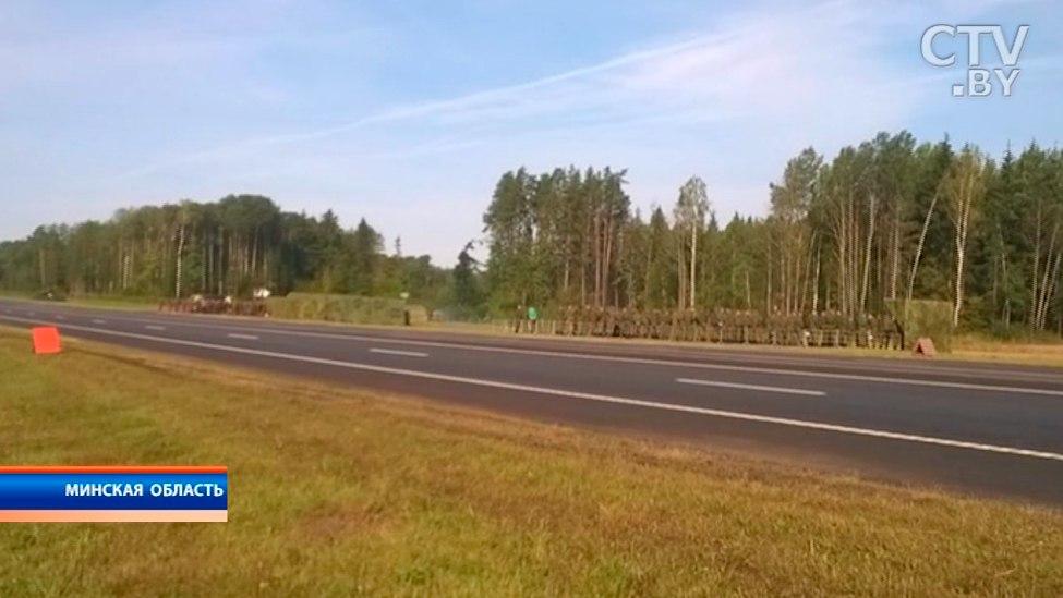 Военные самолеты сели наавтотрассу под Минском