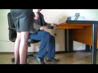 boss-otshlepal-i-trahnul-sekretarshu-seks-vdvoem-na-raskladushke