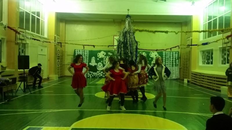 Новогодний танец одиннадцатиклассников на школьной елке