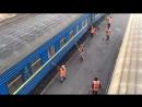 Ось так в Івано-Франківську в депо «миють» пасажирські вагони поїзда №43/44 Івано-Франківськ — Київ.