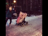Мамочка троих деток зажигает на прогулке