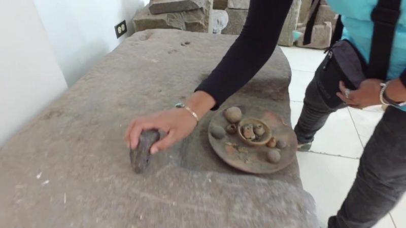 ...видео Brien Foerster -...Очень странный и плотный древней формы камень, который звенит как колокольчик; с Irene M. Flores...