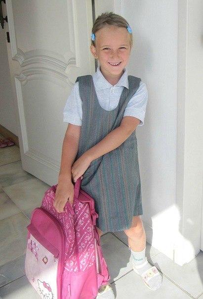 Саша в школьной форме собирается идти в школу в первый день занятий