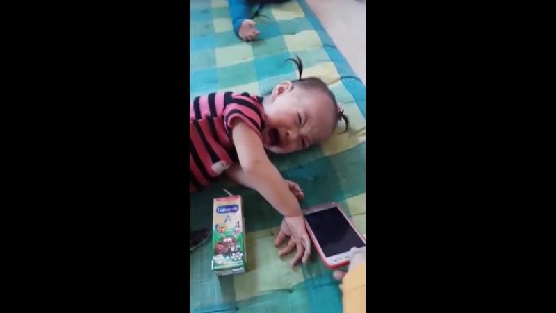 жительница тайланда поместила страшное лицо на заставку телефона чтобы