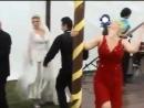 Женщина в красном на свадьбе
