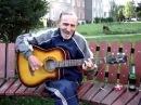 Бодрый дед играет на гитаре рокенрол Талант