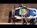 Гонщик отчаянно пытается закрыть дверь во время пит-стопа (VHS Video)