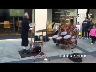 Жонглёр, играющий на барабанах