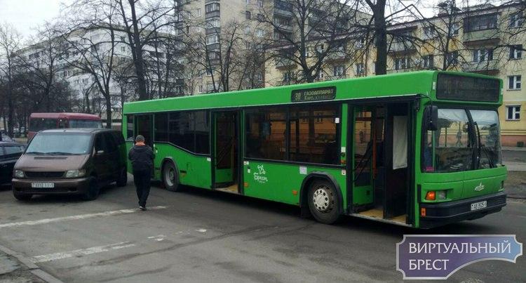 На бульваре микроавтобус сдавал задом на парковке и не заметил автобус