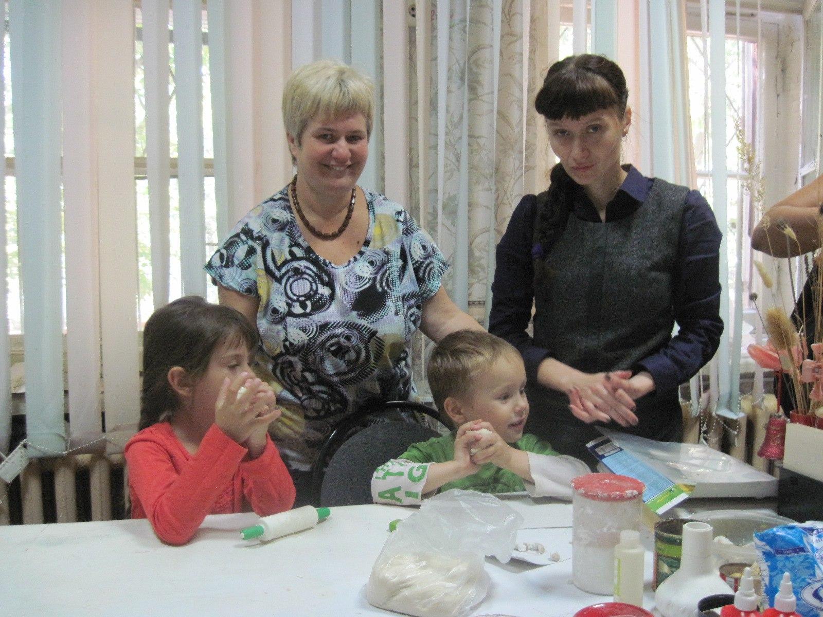 Уютная гостиная Клуба инвалидов «Вера» вновь собрала молодые семьи