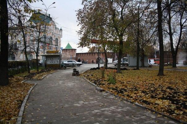 Дорожка центрального парка у фонтана.