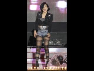 Кореянка танцует в колготках и джинсовых шортах / Korean girl dancing in pantyhose and jeans shorts