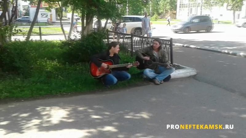 В Нефтекамске на аллеи парни сели поиграть на гитаре!