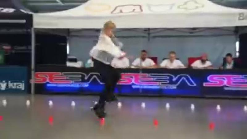 Когда эта 11-летняя блондинка с косичками поворачивается, зал уже ничто не может