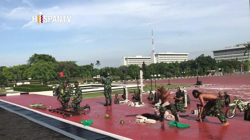 Fuerzas especiales indonesias enseñan al jefe del Pentágono cómo manipular serpientes