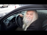 Волшебник в новой машине дает советы водителям