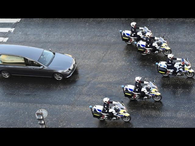 Le cortège funéraire de Johnny Hallyday descend les Champs-Élysées