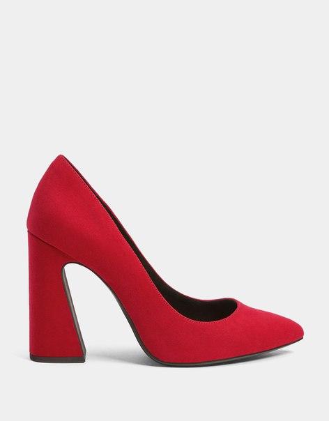 Туфли с широким асимметричным каблуком и острым носом