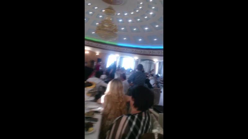 жених поет песню для невесты