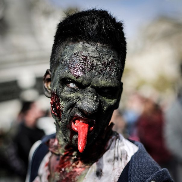 В Париже в преддверии Хэллоуина прошел «Зомби-моб».  Фанаты зомби-куль