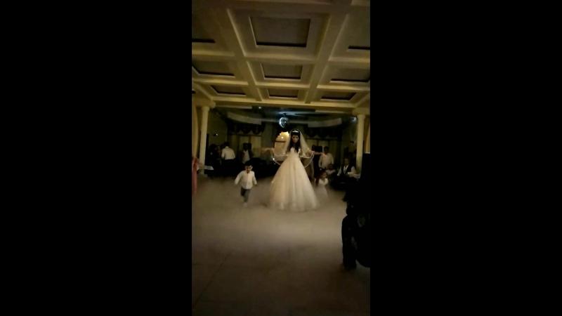Невеста танцует одна для жениха Сергея 30.09.2017г.Кафе Ла Мезон.