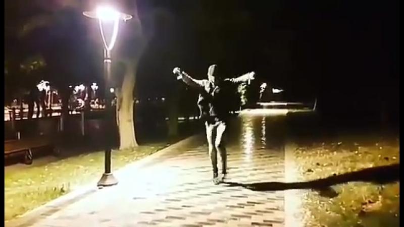 Красивый парень танцует просто взырывно ❤