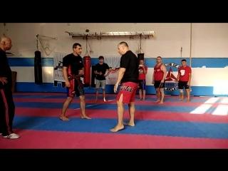 Защита от двойки джеб-кросс с входом и ударом в пах. Фрагмент тренировки во время тренировочного лагеря по Арнис в Севастополе.