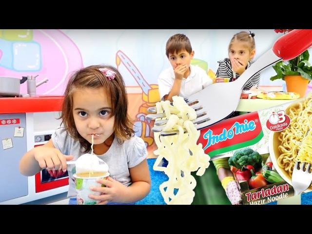 Eğiticivideo.Fındık Ailesi akşam yemeğine İndomie HAZIR NOODLE yapıyorlar!çocukoyunları