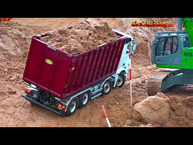 AMAZING RC TRUCK ACTION - will it drop down... AT CONSTRUCTION WORLD - Nov 2017 p4