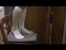 Школьницы позирует на стуле в белых гольфах In white knee socks schoolgirl