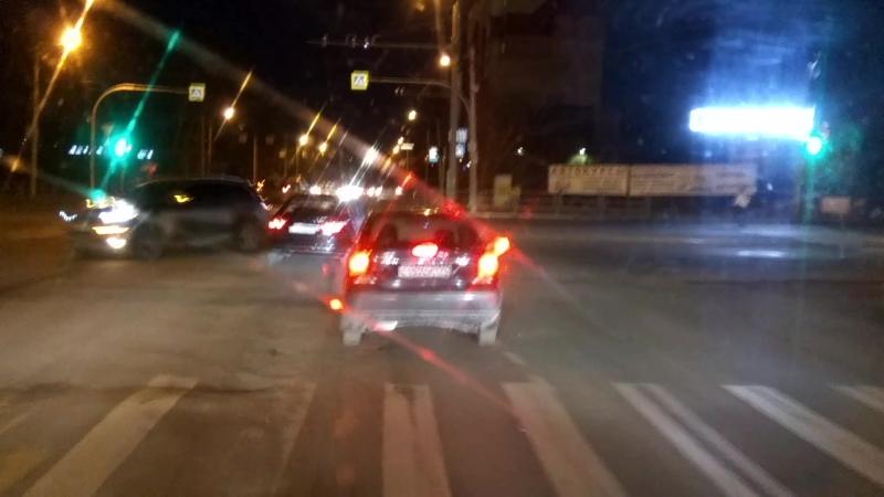 таксист Uber с левого в правый ряд поехал