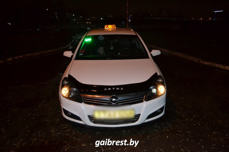 Автомобиль такси сбил женщину на пешеходном переходе