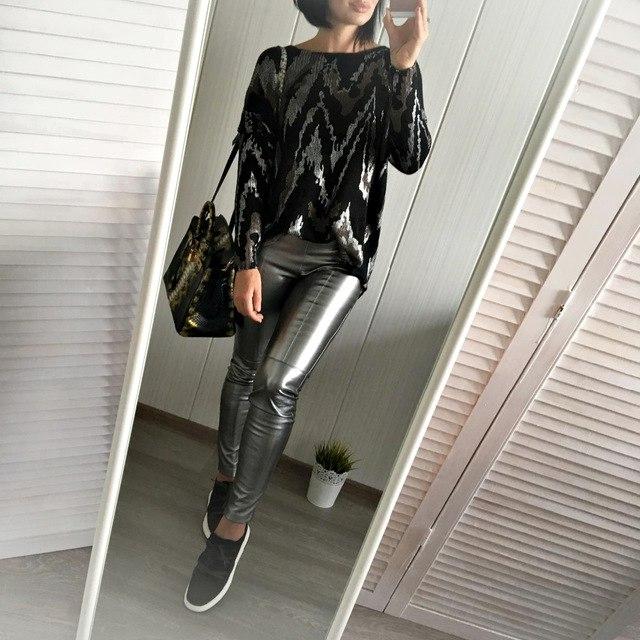 Черный свитер с интересным принтом