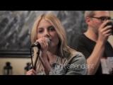 Мелани Лоран исполняет песню En tattendant