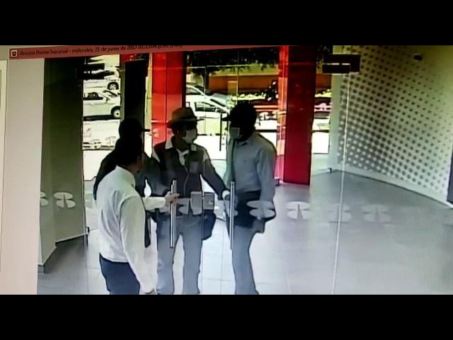 Empleado cierra la puerta a tiempo e impide asalto bancario en Guadalajara