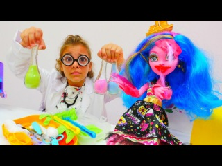 Çılgın Doktor Sema Gooliope Jellington'ı tedavi ediyor. #MonsterHigh oyuncakları ve #kızoyunları