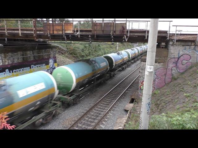 В положении лёжа Электровоз ВЛ10У 588 с грузовым поездом и с приветливой бригадой