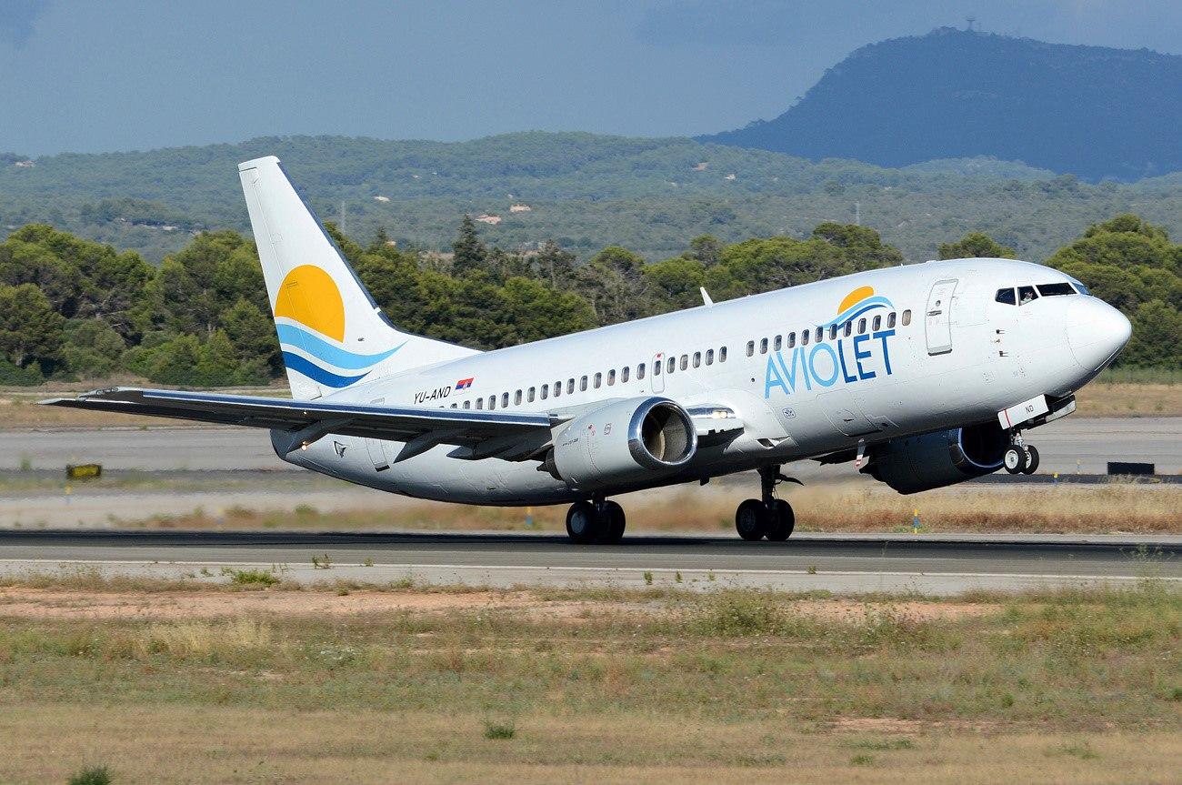 Лайнер компании Авиолет идет на взлет