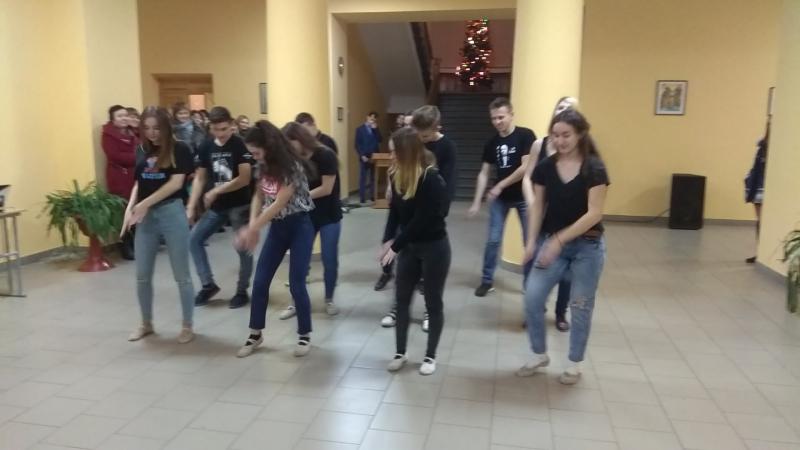 Флешмоб гімназія випускники 2018