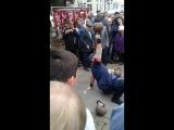 Демонстрация силы и ловкости с гирями в день Республики и города Владикавказа.