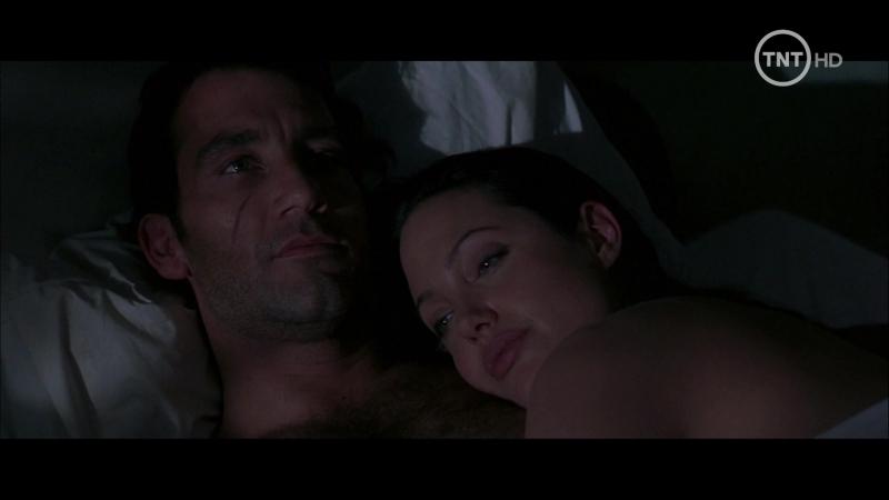 Amar peligrosamente (2003) Beyond Borders sexy escenes angelina jolie 04