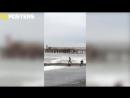 В Сочи трое подростков не испугались огромных штормовых волн и спасли пьяного утопающего. Пацаны вообще ребята