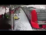 В Москве завалило снегом поезд