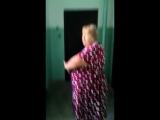 В Красноярске женщина с тесаком сломала дверь соседу из-за того, что ей послышались звуки ремонта