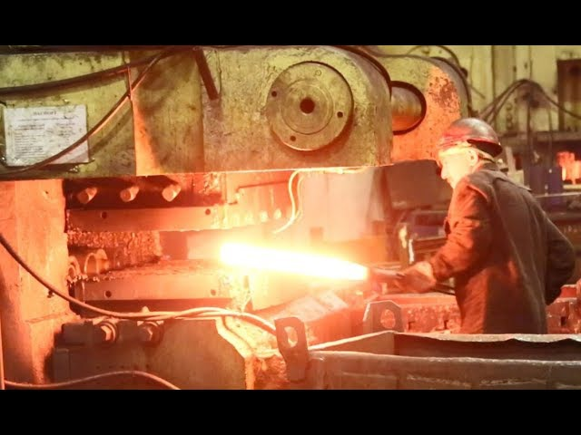 Процесс ковки. Кузнечный завод ПАО «КАМАЗ». Набережные Челны,Республика Татарстан, декабрь 2017 года