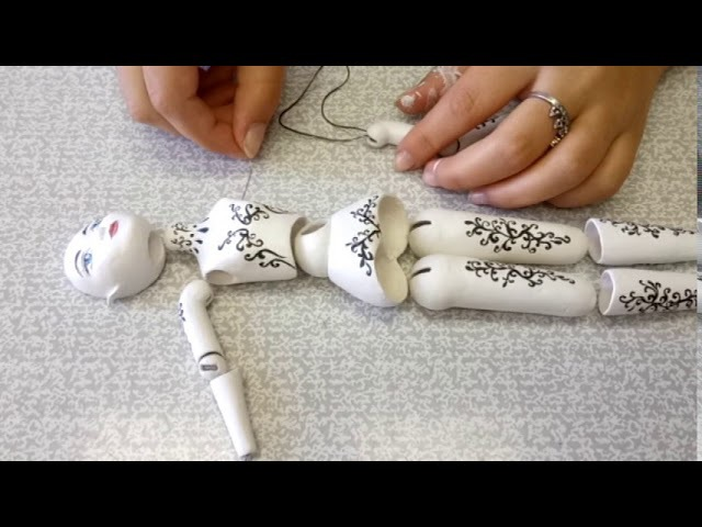 Инесса собирает свою первую шарнирную куклу