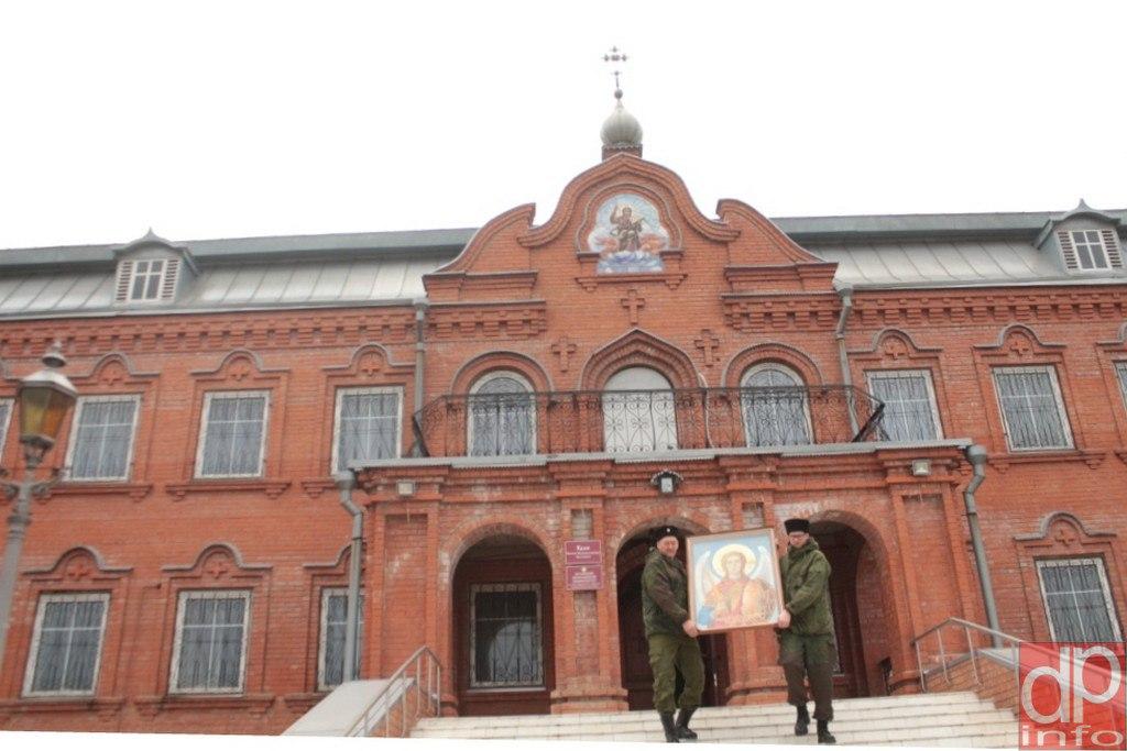 Казаки на передовой поклонились освященной в Луганске иконе архангела Михаила