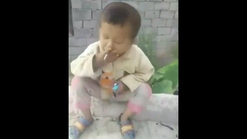 Такой мелкий а уже курит