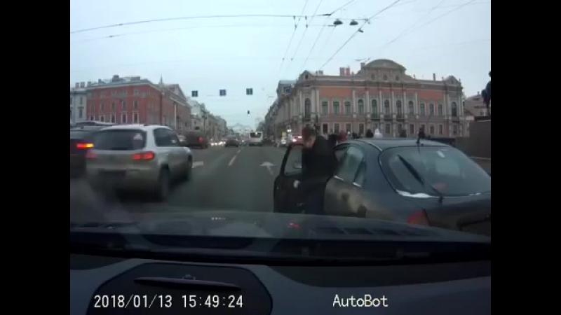 Дядечка на МЛке нарушая сплошные линии перестроился в авто