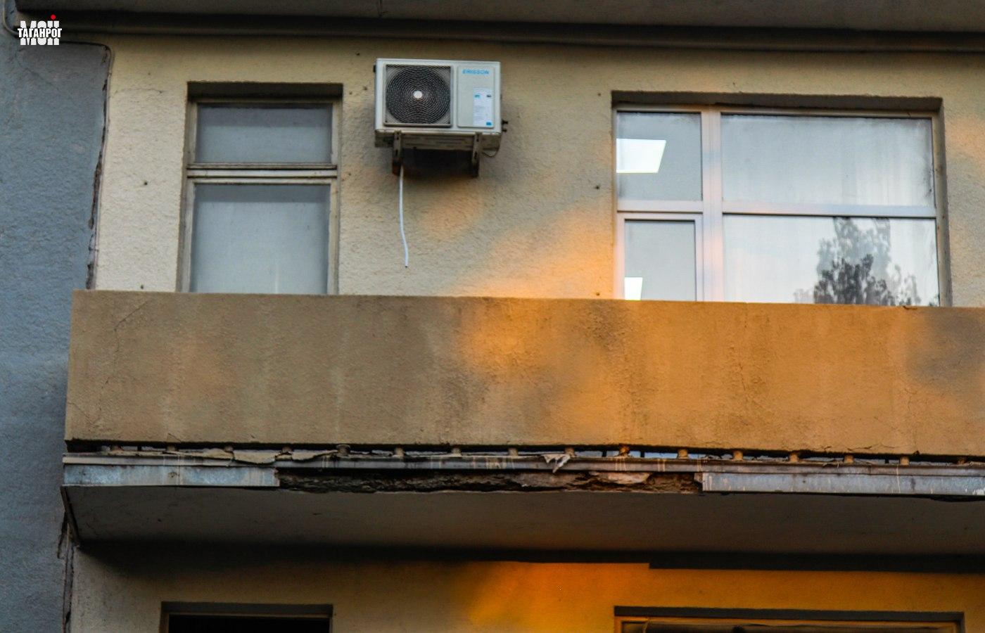 Разрушающийся балкон здания ДК Ленина Таганрог